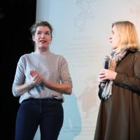 lit.COLOGNE 2018: Anke Engelke (l.) mit Angela Maas aus dem Programmteam der lit.kid.COLOGNE. © Ast/Jürgens